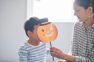 ハロウィンのお面を持つ男の子と母親の写真素材 [FYI01802071]
