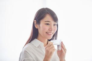 白湯を飲む女性の写真素材 [FYI01802075]