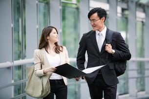 オフィス街を歩くビジネスマンとビジネスウーマンの写真素材 [FYI01802083]