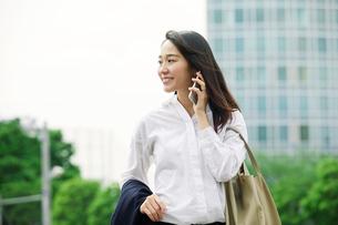 スマートフォンを持つ女性の写真素材 [FYI01802090]