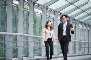 オフィス街を歩くビジネスマンとビジネスウーマンの写真素材 [FYI01802094]
