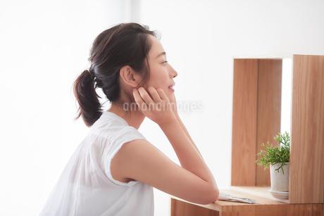 鏡の前でスキンケアをする女性の写真素材 [FYI01802096]
