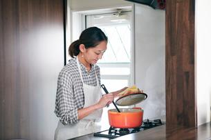 料理をする女性の写真素材 [FYI01802102]