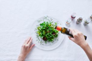 サラダを食べる女性の写真素材 [FYI01802103]