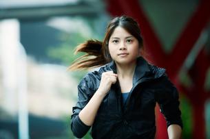 走る女性の写真素材 [FYI01802104]