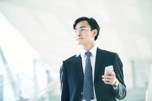 スマートフォンをもつビジネスマンの写真素材 [FYI01802106]