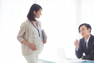 仕事をする妊婦女性と男性の写真素材 [FYI01802109]