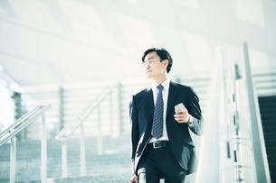 スマートフォンをもつビジネスマンの写真素材 [FYI01802112]