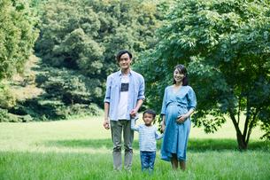 緑の中で微笑む家族の写真素材 [FYI01802113]