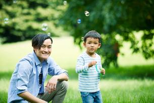 緑の中で遊ぶ家族の写真素材 [FYI01802120]