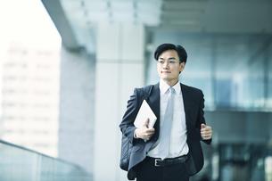 走るビジネスマンの写真素材 [FYI01802131]