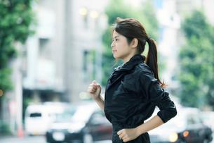 走る女性の写真素材 [FYI01802143]
