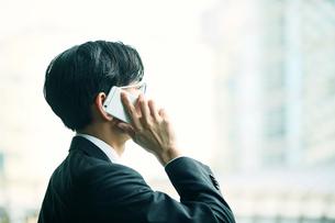 スマートフォンをもつビジネスマンの写真素材 [FYI01802144]
