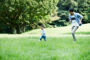 緑の中で遊ぶ家族の写真素材 [FYI01802146]