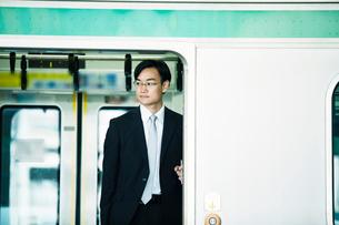 電車とビジネスマンの写真素材 [FYI01802149]