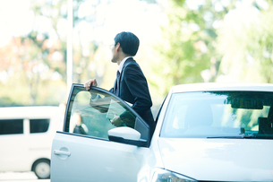 車とビジネスマンの写真素材 [FYI01802150]