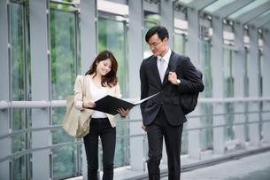 オフィス街を歩くビジネスマンとビジネスウーマンの写真素材 [FYI01802155]