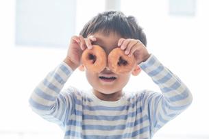 ドーナツを持つ男の子の写真素材 [FYI01802157]