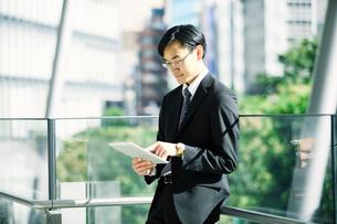 タブレットPCを持つビジネスマンの写真素材 [FYI01802159]