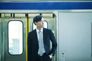 電車とビジネスマンの写真素材 [FYI01802160]
