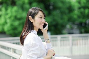 スマートフォンを持つ女性の写真素材 [FYI01802165]