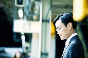 電車を待つビジネスマンの写真素材 [FYI01802170]