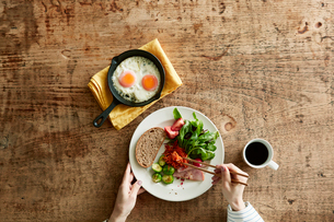 テーブルで食事をする男性と女性の写真素材 [FYI01802172]