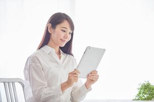 タブレットPCを持つ女性の写真素材 [FYI01802176]