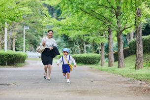 仕事へ向かう女性と男の子の写真素材 [FYI01802177]