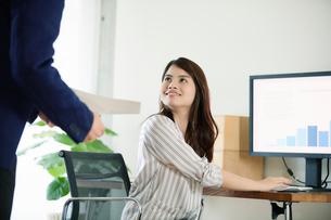 オフィスで働くビジネスマンとビジネスウーマンの写真素材 [FYI01802181]