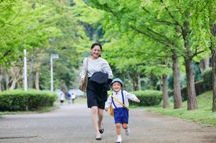 仕事へ向かう女性と男の子の写真素材 [FYI01802182]