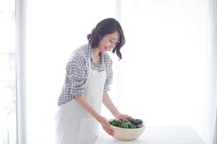 野菜を持つ女性の写真素材 [FYI01802185]