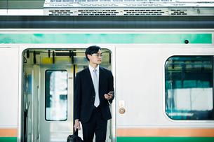 電車とビジネスマンの写真素材 [FYI01802186]