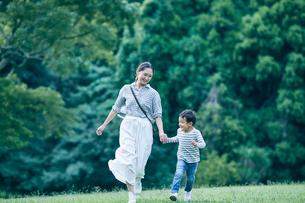 遊ぶ男の子と女性の写真素材 [FYI01802190]