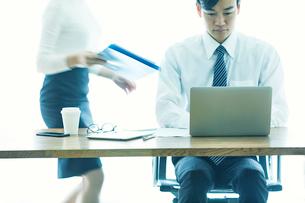 オフィスで仕事をする女性と男性の写真素材 [FYI01802192]