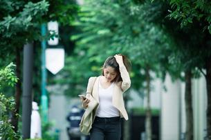 オフィス街を歩くビジネスウーマンの写真素材 [FYI01802193]