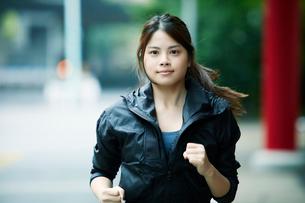 走る女性の写真素材 [FYI01802195]