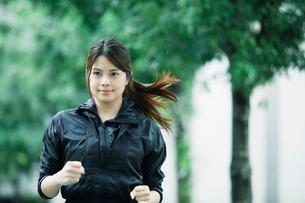 走る女性の写真素材 [FYI01802197]