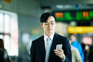 駅を歩くビジネスマンの写真素材 [FYI01802199]