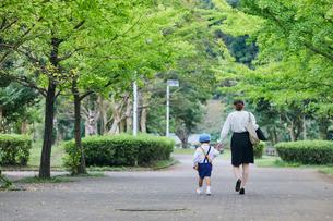 仕事へ向かう女性と男の子の写真素材 [FYI01802201]