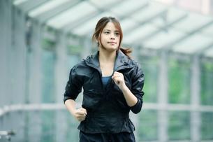 走る女性の写真素材 [FYI01802202]