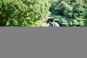 緑の中で遊ぶ家族の写真素材 [FYI01802203]