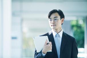 歩くビジネスマンの写真素材 [FYI01802204]
