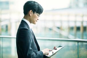 タブレットPCを持つビジネスマンの写真素材 [FYI01802205]