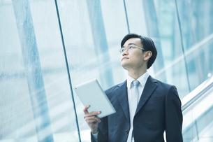 歩くビジネスマンの写真素材 [FYI01802206]