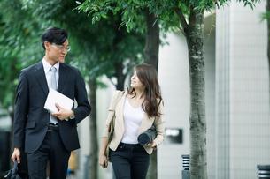 歩くビジネスマンとビジネスウーマンの写真素材 [FYI01802222]