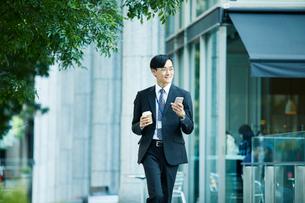 オフィス街を歩くビジネスマンの写真素材 [FYI01802229]