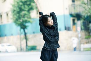 ストレッチする女性の写真素材 [FYI01802231]