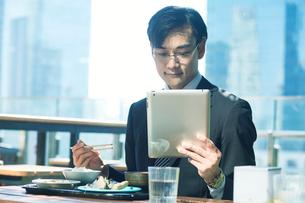 食事をするビジネスマンの写真素材 [FYI01802235]