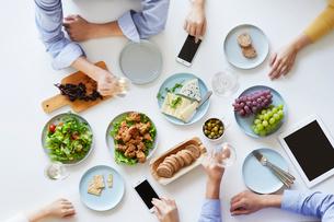 テーブルで食事をする男性と女性の写真素材 [FYI01802238]